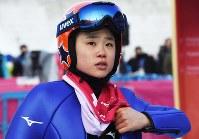 スキージャンプ女子ノーマルヒルの練習後、ジャンプ台を見つめる伊藤有希=アルペンシア・ジャンプセンターで2018年2月8日、山崎一輝撮影
