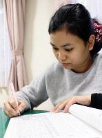 一字一字漢字を書き込んでいくサラーさん=滋賀県湖南市の社会福祉法人八起会で、大澤重人撮影