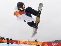 Japan's Ayumu Hirano jumps during his first run in the snowboard halfpipe final at Phoenix Snow Park in Pyeongchang, South Korea, on Feb. 14, 2018. (Mainichi)