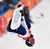 Japan's Raibu Katayama is seen during his first run in the snowboard halfpipe final at Phoenix Snow Park in Pyeongchang, South Korea, on Feb. 14, 2018. (Mainichi)