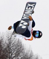 Japan's Yuto Totsuka jumps during his first run in the snowboard halfpipe final at Phoenix Snow Park in Pyeongchang, South Korea, on Feb. 14, 2018. (Mainichi)