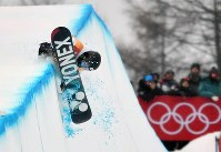 Yuto Totsuka misses a landing after jumping during his second run in the snowboard halfpipe final at Phoenix Snow Park in Pyeongchang, South Korea, on Feb. 14, 2018. (Mainichi)