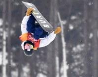 Ayumu Hirano jumps during his second run in the snowboard halfpipe final at Phoenix Snow Park in Pyeongchang, South Korea, on Feb. 14, 2018. (Mainichi)
