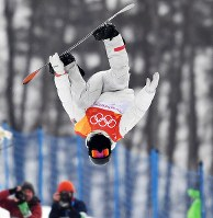 Shaun White of the United States jumps during his first run in the snowboard halfpipe final at Phoenix Snow Park in Pyeongchang, South Korea, on Feb. 14, 2018. (Mainichi)