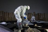 汚染水を入れていたタンクの内部で作業する作業員=2016年5月、東京電力提供、西澤丞さん撮影