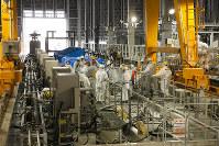 汚染水から放射性物質を取り除く装置の設置作業=2014年9月、東京電力提供、西澤丞さん撮影