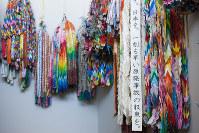 免震重要棟に飾られていた折り鶴=2014年11月、東京電力提供、西澤丞さん撮影
