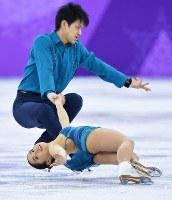 【平昌五輪】フィギュアスケートのペアSPで演技する須崎海羽、木原龍一組=江陵アイスアリーナで2018年2月14日、手塚耕一郎撮影