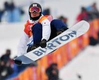 スノーボード男子ハーフパイプ決勝1回目でエアを決める片山来夢=フェニックス・スノーパークで2018年2月14日、宮間俊樹撮影
