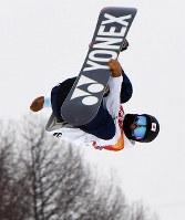 スノーボード男子ハーフパイプ決勝1回目でエアを決める戸塚優斗=フェニックス・スノーパークで2018年2月14日、宮間俊樹撮影