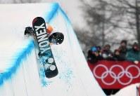 スノーボード男子ハーフパイプ決勝2回目で着地に失敗する戸塚優斗=フェニックス・スノーパークで2018年2月14日、宮間俊樹撮影