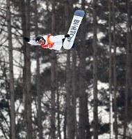 スノーボード男子ハーフパイプ決勝2回目でエアを決める片山来夢=フェニックス・スノーパークで2018年2月14日、宮間俊樹撮影