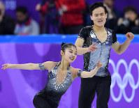 フィギュアスケートのペアSPで演技する北朝鮮のリョム・テオク、キム・ジュシク組=江陵アイスアリーナで2018年2月14日、手塚耕一郎撮影