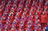 フィギュアスケートのペアSPで、北朝鮮のペアが登場し、北朝鮮の国旗を振って応援する北朝鮮の応援団=江陵アイスアリーナで2018年2月14日、手塚耕一郎撮影