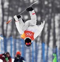 スノーボード男子ハーフパイプ決勝1回目でエアを決めるショーン・ホワイト=フェニックス・スノーパークで2018年2月14日、宮間俊樹撮影