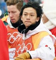 スノーボード男子ハーフパイプ決勝で、ショーン・ホワイト(左)に敗れて唇をかむ平野歩夢=フェニックス・スノーパークで2018年2月14日、山崎一輝撮影