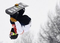 スノーボード男子ハーフパイプ決勝3回目でエアを決める平野歩夢=フェニックス・スノーパークで2018年2月14日、山崎一輝撮影