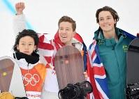 スノーボード男子ハーフパイプ決勝で2位になりフラワーセレモニーで写真撮影に応じる優勝のショーン・ホワイト(中央)、2位の平野歩夢、3位のスコット・ジェームズ=フェニックス・スノーパークで2018年2月14日、宮間俊樹撮影