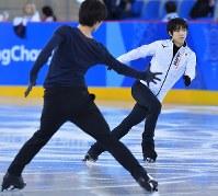 練習用リンクで調整するフィギュアスケート男子の羽生結弦(右)と、田中刑事=江陵アイスアリーナで2018年2月14日、手塚耕一郎撮影