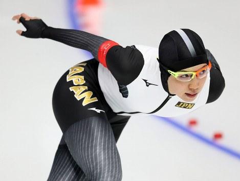 女子1000メートルで滑走する小平奈緒=江陵オーバルで2018年2月14日、佐々木順一撮影