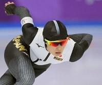 女子1000メートルを滑る郷亜里砂=江陵オーバルで2018年2月14日、手塚耕一郎撮影