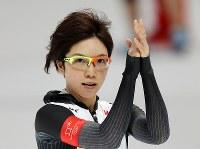スピードスケート女子1000メートルを滑り終えて手をたたく小平奈緒=江陵オーバルで2018年2月14日、佐々木順一撮影