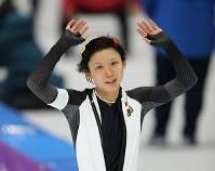 スピードスケート女子1000メートルを滑り終えて手を振る高木美帆=江陵オーバルで2018年2月14日、佐々木順一撮影
