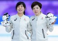 女子1000メートルでメダルを獲得し、笑顔を見せる2位の小平奈緒(右)と高木美帆=江陵オーバルで2018年2月14日、佐々木順一撮影