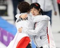 女子1000メートルで2位となった小平奈緒(左)と抱き合う3位の高木美帆=江陵オーバルで2018年2月14日、佐々木順一撮影