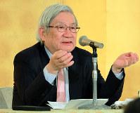 毎日21世紀フォーラムの例会で講演するアジア調査会会長の五百旗頭真氏=大阪市北区のホテルで2018年1月25日、三村政司撮影