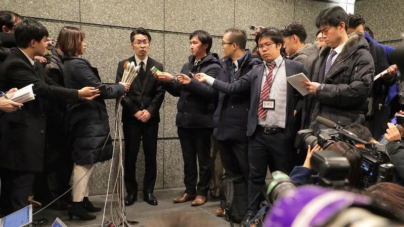 報道陣の質問に答えるコインチェックの大塚雄介取締役(2月13日、和田大典撮影)