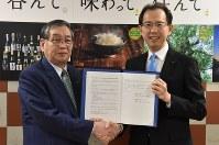 協定を締結し、握手する大熊町の渡辺利綱町長(左)と内堀雅雄知事=県庁で