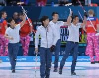 【ノルウェー-日本】初戦に勝利し、観客席に向かって手を振る(右から)山口剛史、清水徹郎、両角友佑、両角公佑=韓国・江陵カーリングセンターで2018年2月14日、手塚耕一郎撮影
