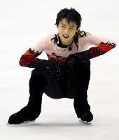 NHK杯男子フリーの演技後、疲れた表情でしゃがみ込む羽生結弦=日本ガイシアリーナで2010年10月24日、貝塚太一撮影