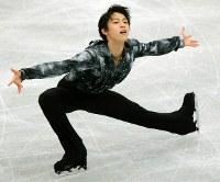NHK杯・男子SPで1位となった羽生結弦の演技=宮城県利府町のセキスイハイムアリーナで2012年11月23日、山本晋撮影