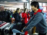 ソチ国際空港に到着した羽生結弦(右)=ロシア・ソチで2012年12月4日、貝塚太一撮影