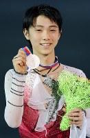 GPファイナルで2位となりメダルを手に笑顔を見せる羽生結弦=ロシア・ソチで2012年12月8日、貝塚太一撮影