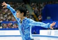 全日本選手権男子SPで、躍動感あふれる演技を見せる羽生結弦=さいたまスーパーアリーナで2013年12月21日、貝塚太一撮影