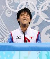 ソチ五輪で史上初の100点を超える高得点を確認し、喜ぶ羽生結弦=ロシア・ソチのアイスベルク・パレスで2014年2月13日、貝塚太一撮影