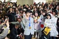 仙台市役所で大勢のファンに迎えられる羽生結弦選手(中央)=仙台市青葉区で26日午後3時3分、小川昌宏撮影