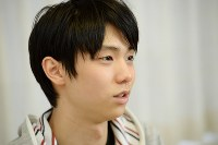 インタビューに答える羽生結弦選手=東京都新宿区で2014年4月10日、丸山博撮影