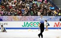 NHK杯・男子SPで演技を終え笑顔を見せる羽生結弦=大阪・なみはやドームで2014年11月28日、宮武祐希撮影