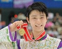 NHK杯・男子シングルで優勝し笑顔でメダルを掲げる羽生結弦=長野市のビッグハットで2015年11月28日、宮間俊樹撮影