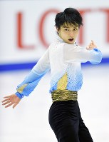 フィギュアスケート全日本選手権男子SPで102・63点をマークし、首位に立った羽生結弦=真駒内セキスイハイムアイスアリーナで2015年12月25日、手塚耕一郎撮影