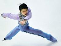 NHK杯・男子SPで演技する羽生結弦=札幌市の真駒内セキスイハイムアイスアリーナで2016年11月25日、手塚耕一郎撮影