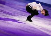 四大陸選手権のエキシビションで演技を披露する羽生結弦=韓国・江陵で2017年2月19日、佐々木順一撮影