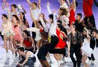世界選手権のエキシビション終了後の写真撮影でジャンプする羽生結弦(中央)ら=フィンランド・ヘルシンキで2017年4月2日、佐々木順一撮影