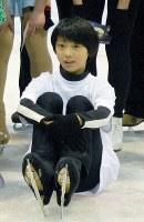 トリノ五輪フィギュアスケート金メダリストの荒川静香さんが、かつて練習拠点にしていたリンクでスケート教室に、当時12歳の羽生結弦選手(手前)が参加していた=仙台市泉区のアイスリンク仙台で2007年4月3日、手塚耕一郎撮影