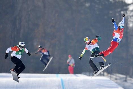 【平昌五輪】スノーボード男子クロス決勝で滑る優勝したピエール・ボルティエ(右端)=フェニックス・スノーパークで2018年2月15日、宮間俊樹撮影