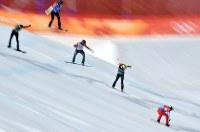 【平昌五輪】スノーボード男子クロス準決勝で滑る優勝したピエール・ボルティエ(右端)、2位に入ったジャリッド・ヒューズ(右端から2人目)=フェニックス・スノーパークで2018年2月15日、宮間俊樹撮影